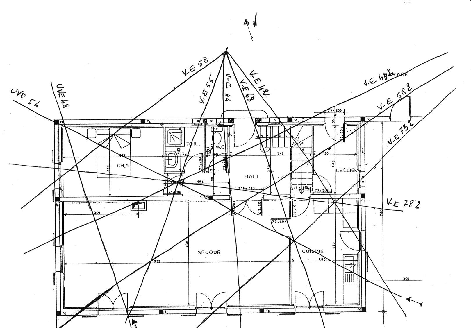Plusieurs points géopathogènes dans la maison entrée des toilettes croisements de trois passages deau et dune ligne de perturbation électromagnétique